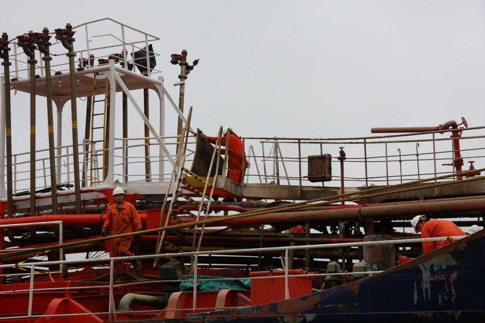 KRAFT: Rør, dekk, leidere og gangveier er vridd og bendt. Store krefter var i sving da det eksploderte på Mar Cristina ved kaia til Oleon i Sandefjord.  Skipet forberedte lastin av farlig avfall fra DVS Norge.