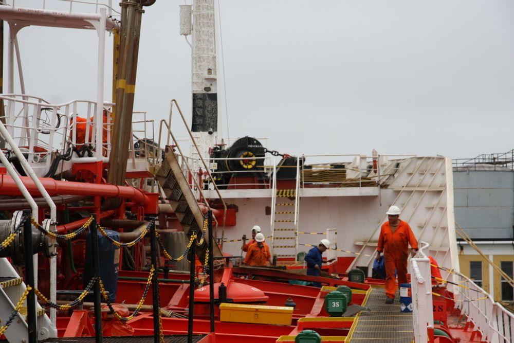 RYDDER: Mannskapet på spanske Mar Cristina bruker løsemidler for å vaske bort slam som sprutet opp under eksplosjonen i Sandefjord 30. august.