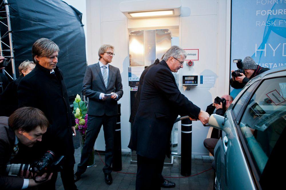 TIL PUMPENE: Osloordfører Fabian Stang var først til å fylle hydrogen på den nye fyllestasjonen på Gaustad mandag med miljø- og samferdselsbyråd Ola Elvestuen og Ole André Sivertsen som tilskuere.