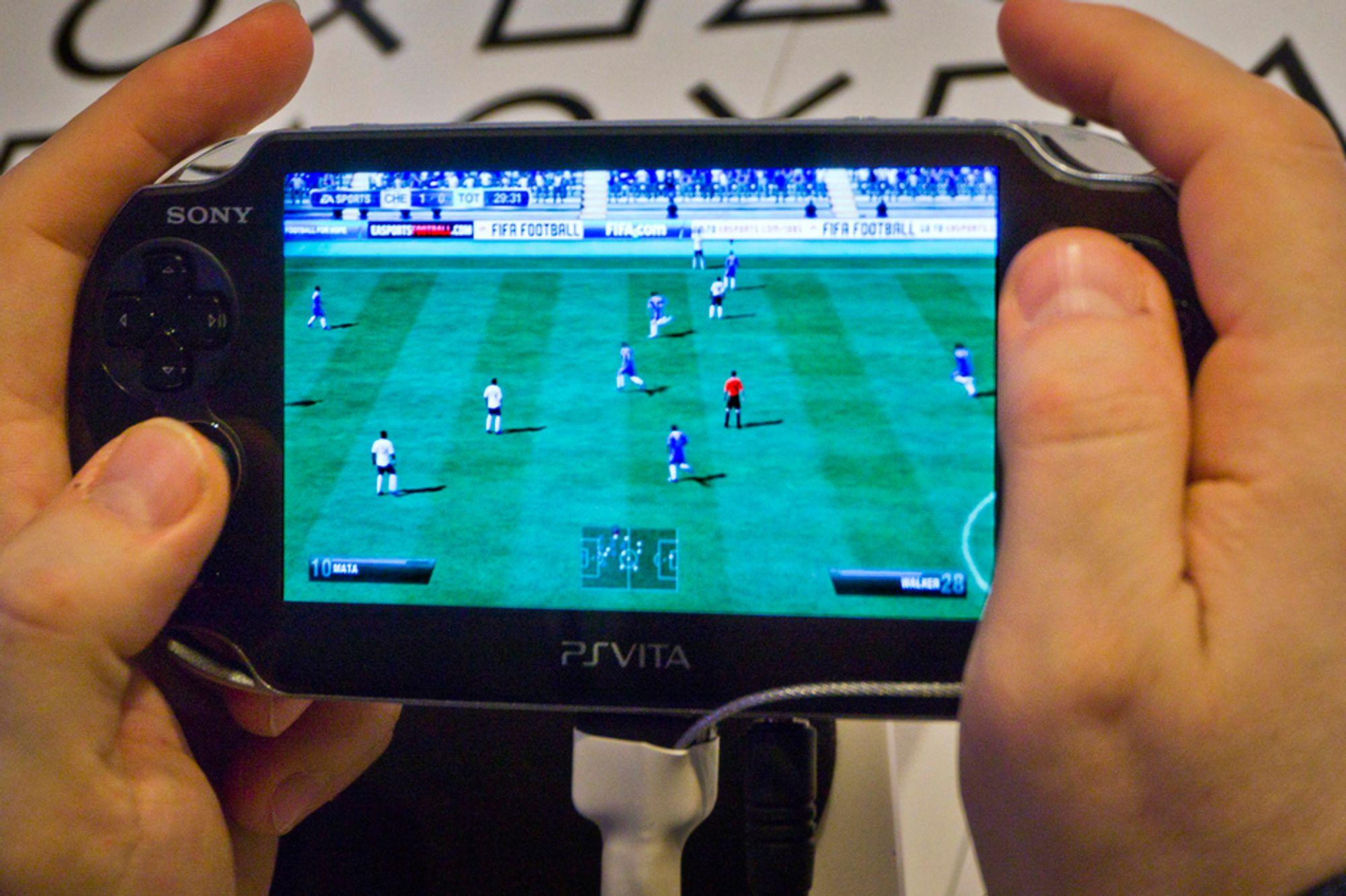 FOTBALL: Det er nesten som et lite vindu mot fotballbanen når grafikk-kraften slippes løs på den høyoppløselige OLED-skjermen.