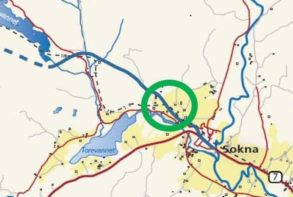 Ny riksveg 7 er markert med blå, heltrukket linje, Bergensbanen er markert med svart, stiplet linje. Den grønne sirkelen markerer jernbanestrekningen som skal legges om. Ill.: Statens vegvesen