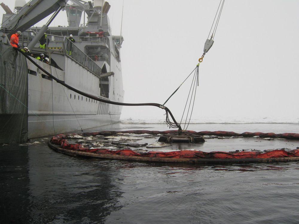 TESTER TO: En norsk og en dansk skimmer ble testet i isforholdene ved Svalbard. SINTEF hadde forslag til forbedringer.