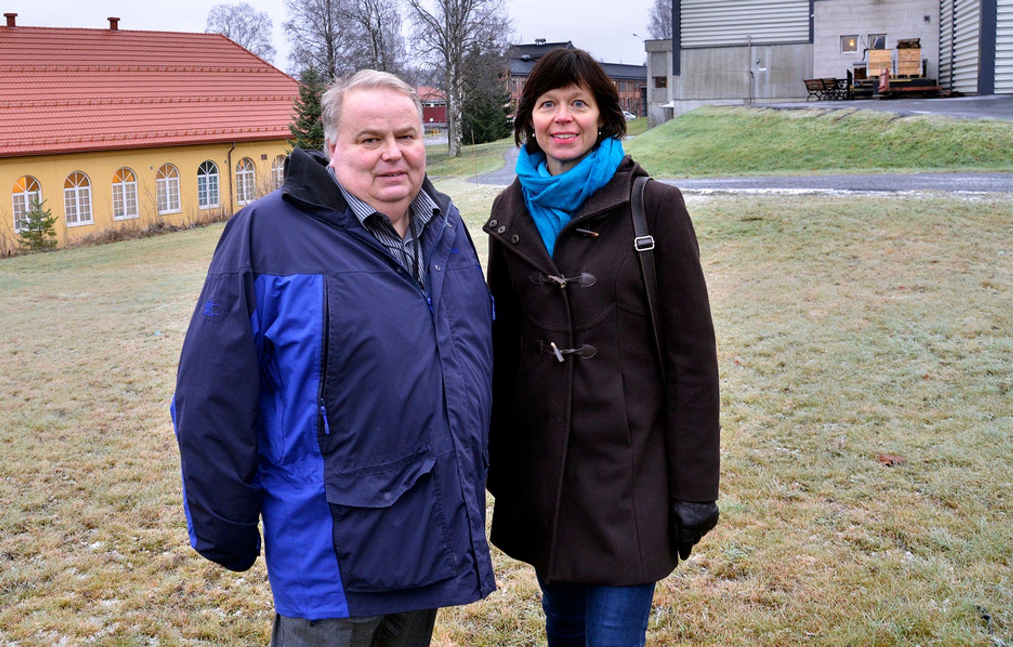 FORNYET: Jan Einar Jørgensen og Siri Sorteberg ved den gamle handvåpenbanen. Her ble det blant annet tatt ut 100 tonn med bly og ni tonn med kobber. - Vi har fått fjernet store mengder tungmetaller, forteller Sorteberg.