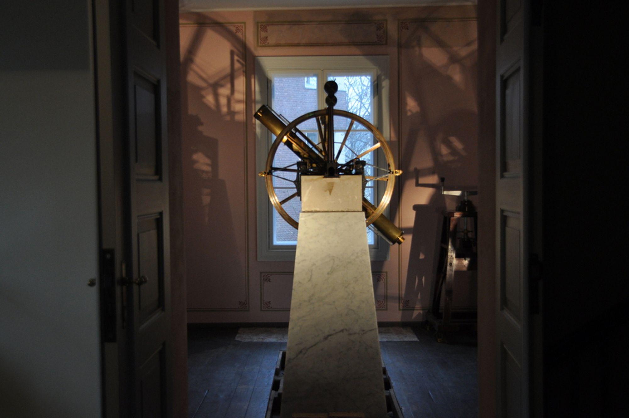 MERIDIANROMMET: Her står instrumentet som kalles for meridiansirkelen, og som ble brukt av Christopher Hansteen. Det skjulte, gjenmurte rommet var i rommets hvelving.