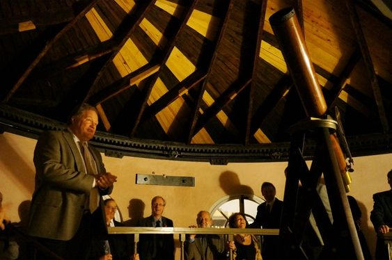 OPPDAGER: Sivilarkitekt Jens Treider fant et hemmelig rom i Observatoriet. Her står han i tårnet og forteller om taket som dan dreies og åpnes.