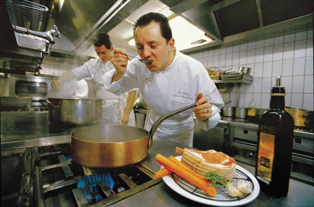 AU RESTAURANT: Både europeiske husholdninger og små, kommersielle foretak som eksempelvis restauranter, bruker mindre gassenergi, melder Eurogas.