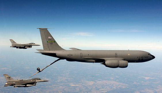 To F-16-kampfly i hælene på et KC-135 tankfly. Sistnevnte har fløyet i over 50 år og begynner å bli modent for utskifting. Hovedsaklig av økonomiske hensyn. Teknisk er det beregnet at de kan fly til 2040 da de vil være 80 år gamle.