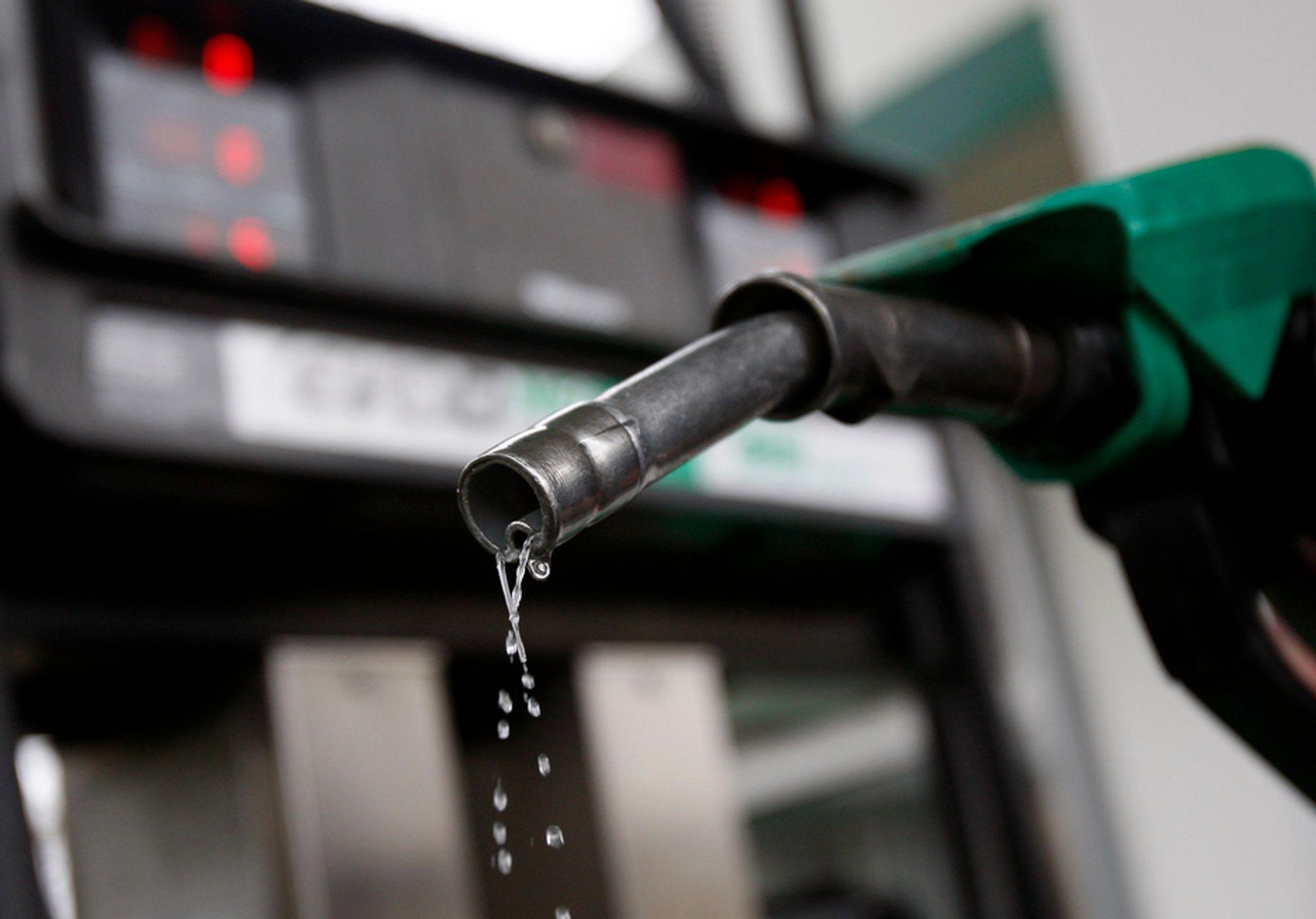 VARIG HØYE: Bensinprisene kommer til å holde seg høye sammen med oljeprisen i 2011 og 2012, skal vi tro amerikanske EIA. Bakgrunnen er at etterspørselen øker fortere enn tilbudet. OPEC må øke sin produksjon betydelig hvis verden skal bli forsynt.