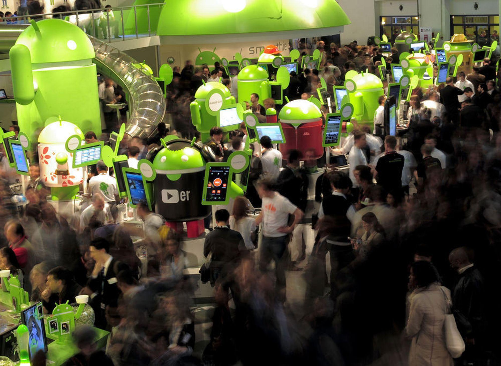 FOLKSOMT: Mange besøkte Mobile World Congress i Barcelona for å få med seg det siste av nyheter på mobilfronten. Her summer folk rundt Google Androids stand.