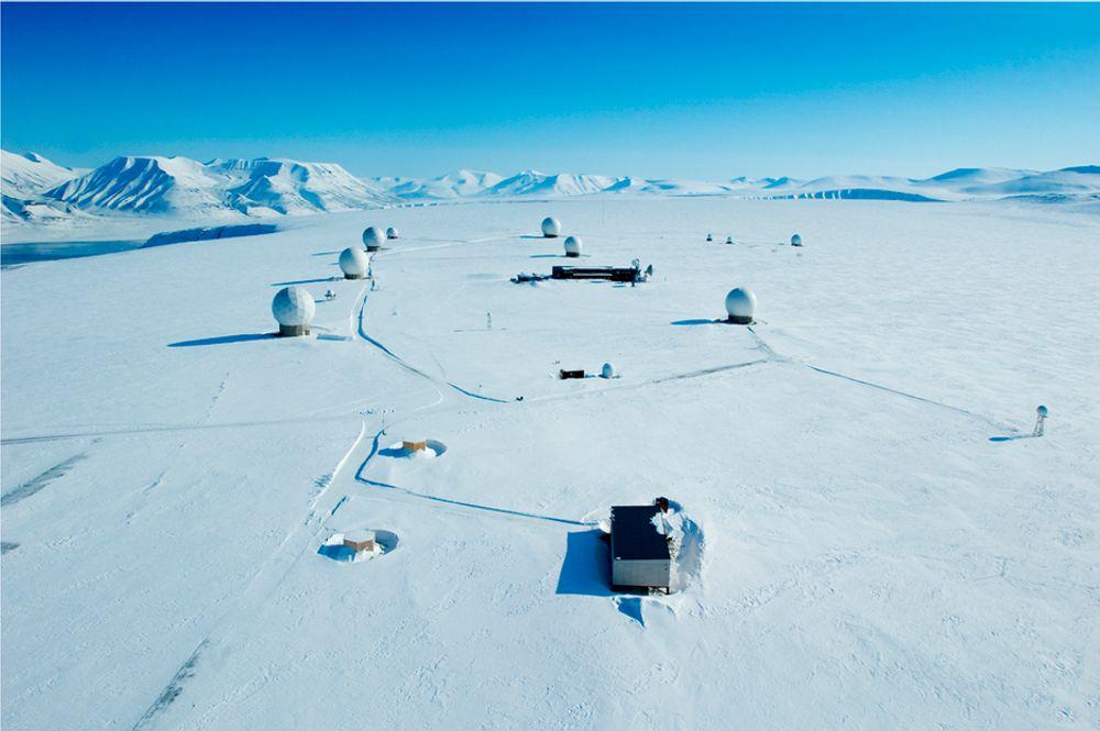 Den japanske satellitten GCOM-W1 og NASA-satellitten JPSS skal få tjenester fra Svalbard (bildet) og Antarktis.