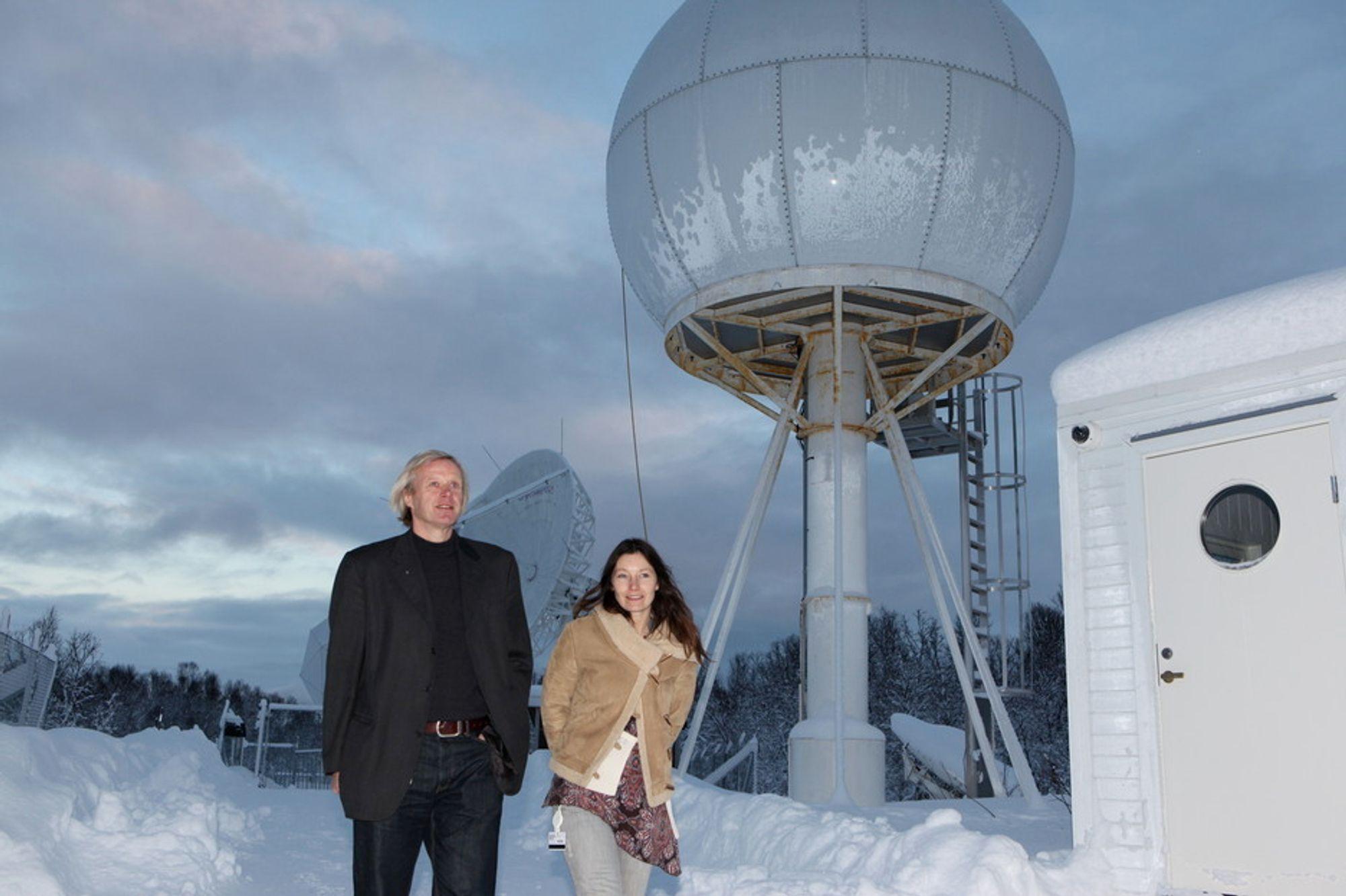 STORKONTRAKT: Adm. direktør Rolf Skattebø og markedssekretær Ellen Wiggen ved Kongsberg Satellite Services AS i Tromsø er glad for storkontrakten med USA-firmaet Digital Globe om levering av satellittdata.