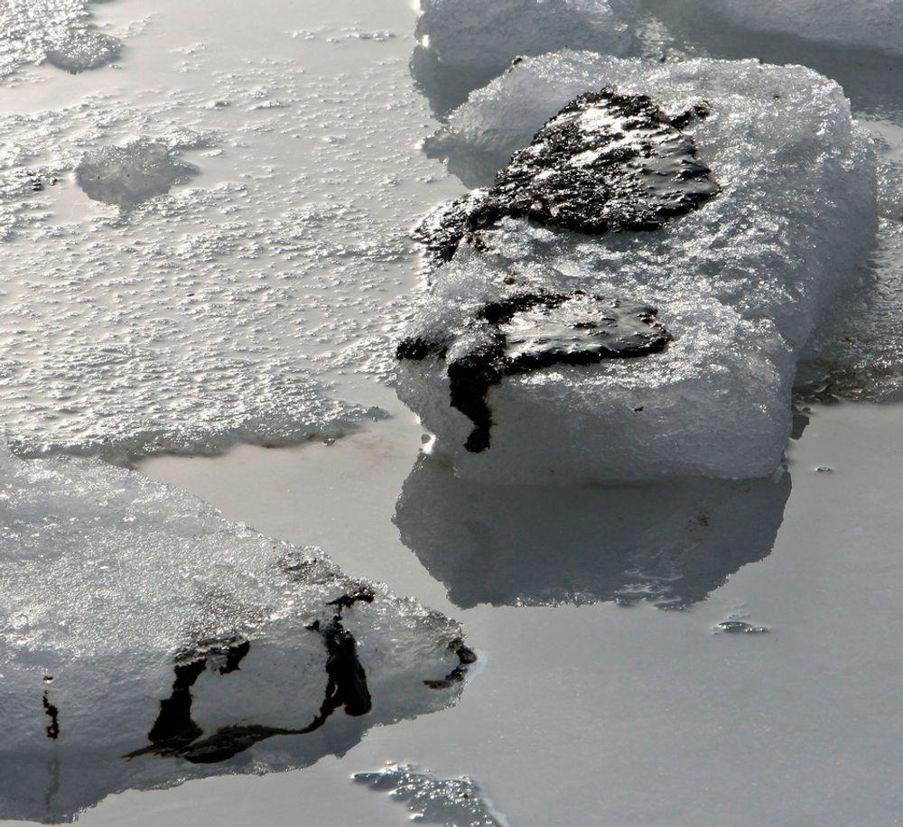 Olje fra havaristen Godafoss på Hvaler har nådd Sandø i Vestfold. Når isen vendes kommer oljen til syne.