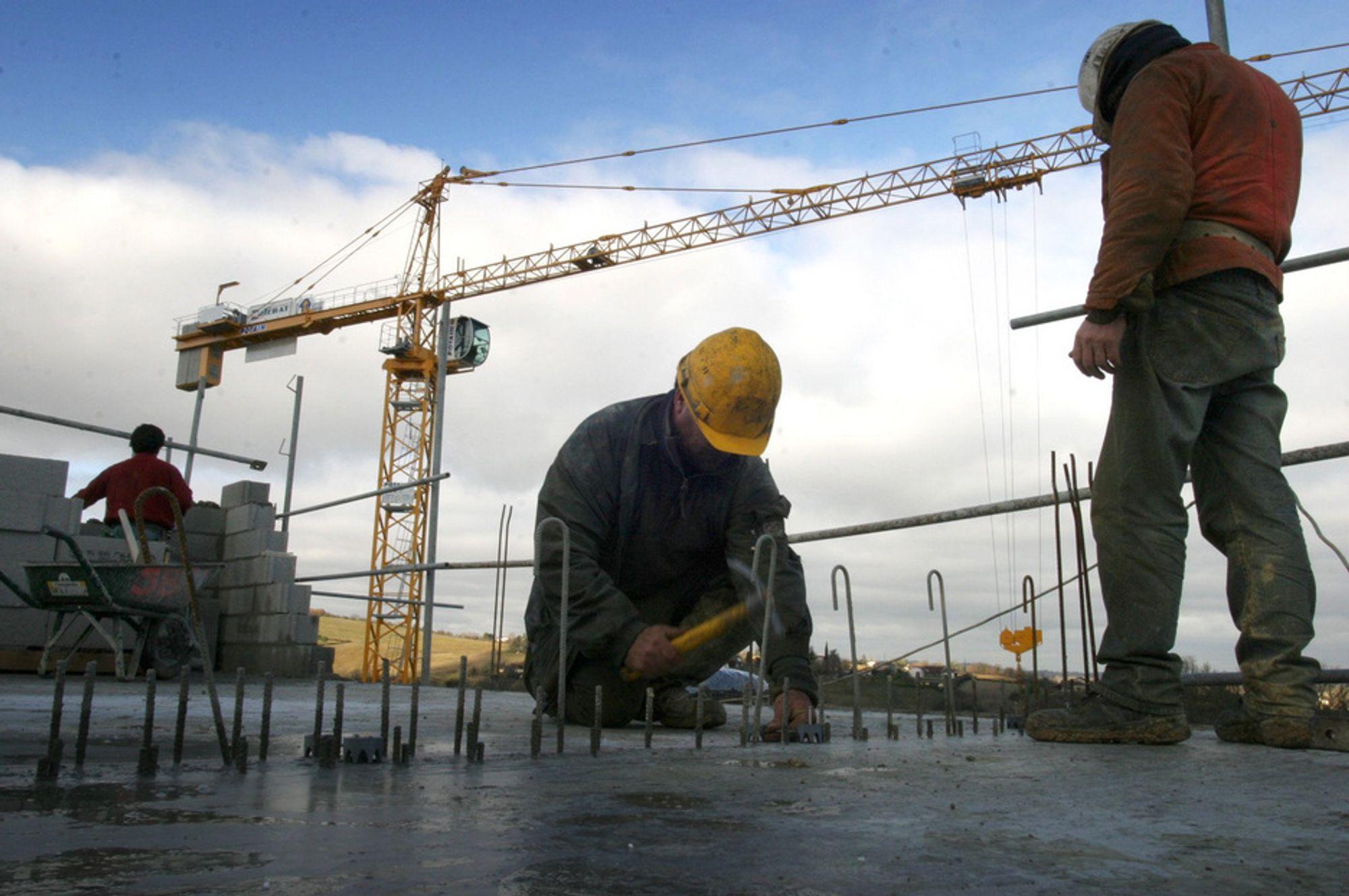 Byggebransjen håper staten vil sette i gang nok prosjekter til å få dem gjennom krisen.