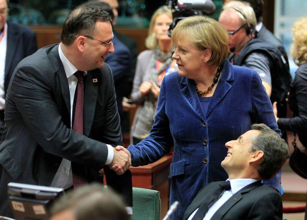 ENIGE PÅ OVERTID: Tsjekkias statsminister Petr Necas (t.v.), Tysklands forbundskansler Angela Merkel og Frankrikes president Nicolas Sarkozy gratulerer hverandre.