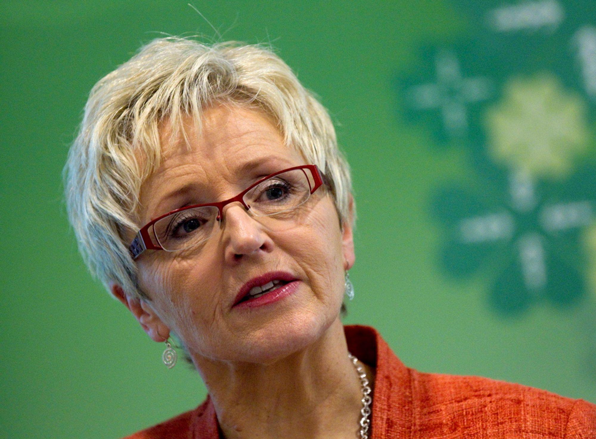 LOVER STØTTE: Kommunalminister Liv Signe Navarsete.