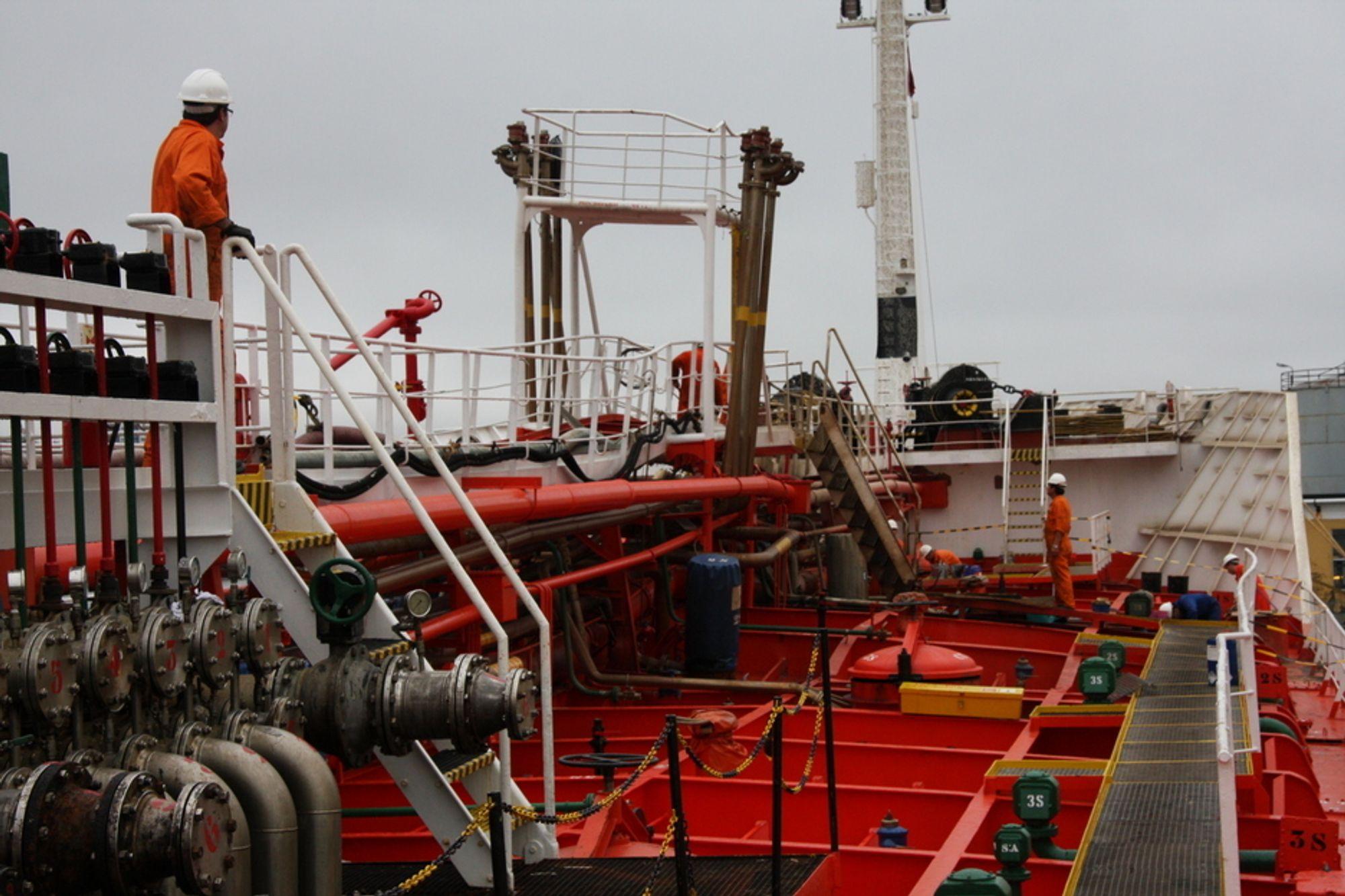 RENT: Tanker og utstyr om bord på skip vaskes med varmt vann og høyt trykk. Vedlikekhold og opplæring er viktig for riktig bruk. Her fra vasking av Mar Cristina som eksploderte ved kaia til Oleon i august.