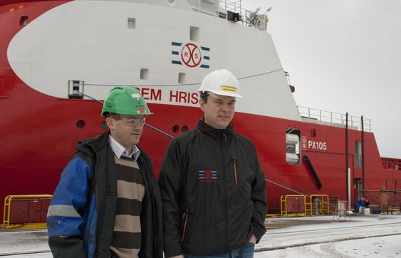 OVERTAKELSE:  Prosjektleder Ronny Dimmen fra Ulstein Verft (t.v.) overlot Rem Hrist til kaptein Ole Petter Nygjerde og Remøy Shipping 3. mars.