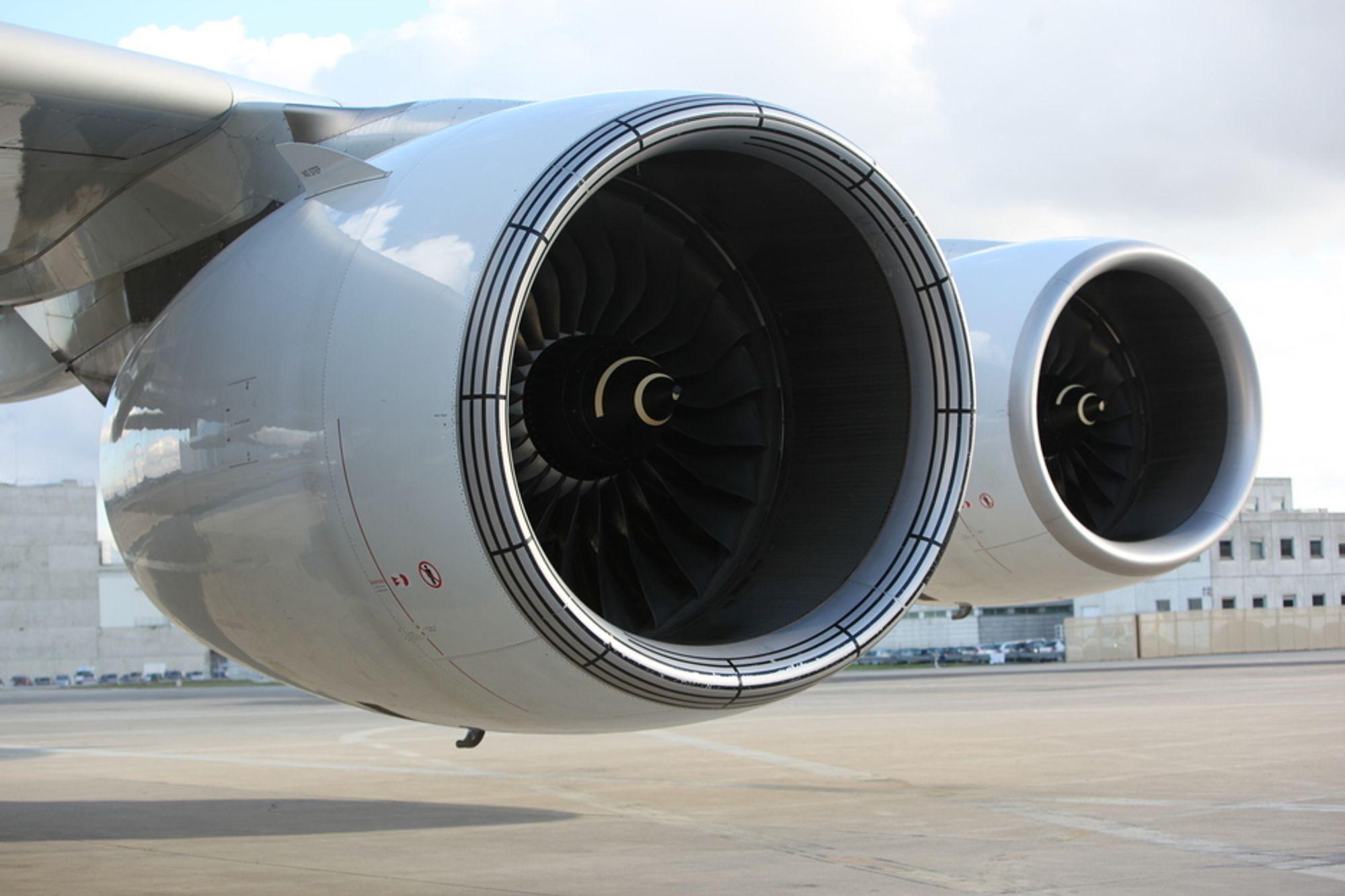 VOLDSOMME VIFTER: To Rolls-Royce Trent 900-motorer på vingen av en Airbus 380-841 (den første som ble bygget - MSN 001). Disse Trent-motorene yter 70 000 pund skyvekraft hver. Superjumboen kan også leveres med GP 7000-motorer fra Engine Alliance, altså General Electric og Pratt & Whitney.