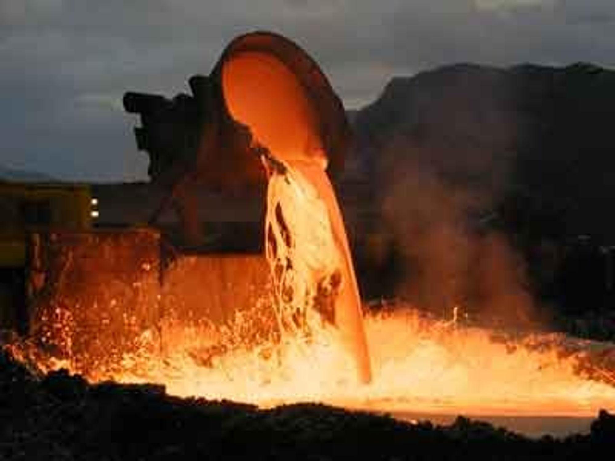 BRENNER: Det er brutt ut brann ved smelteverket til Eramet i Sauda. Øyenvitner forteller at det velter svart røyk ut fra fabrikkbygningene. Illustrasjonsfoto