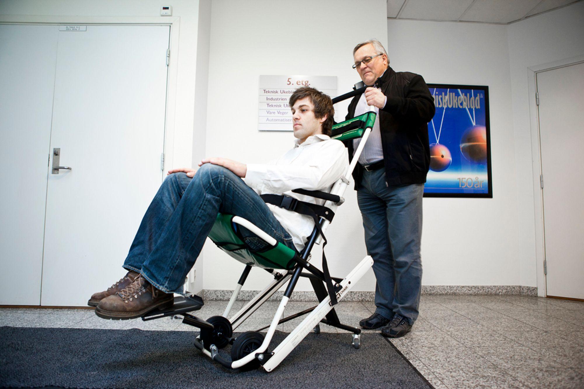 BÅDE OG: Med hjul på flatt gulv og rullende på remmer ned trapper blir evakueringsjobben av syke eller skadde enklere med denne stolen.