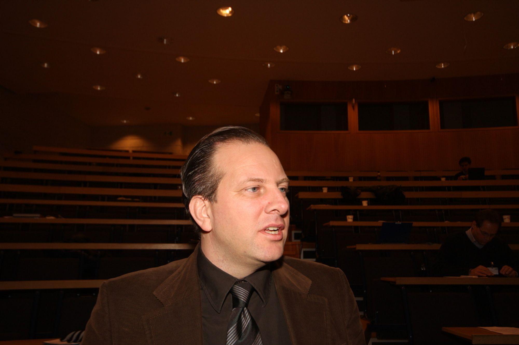 UTÅLMODIGE: Frekvensekspert Jarl K. Fjerdingby vet at telekomselskapene er utålomodige, men kan ikke garantere at frekvensauksjonen blir holdt før nyttår.