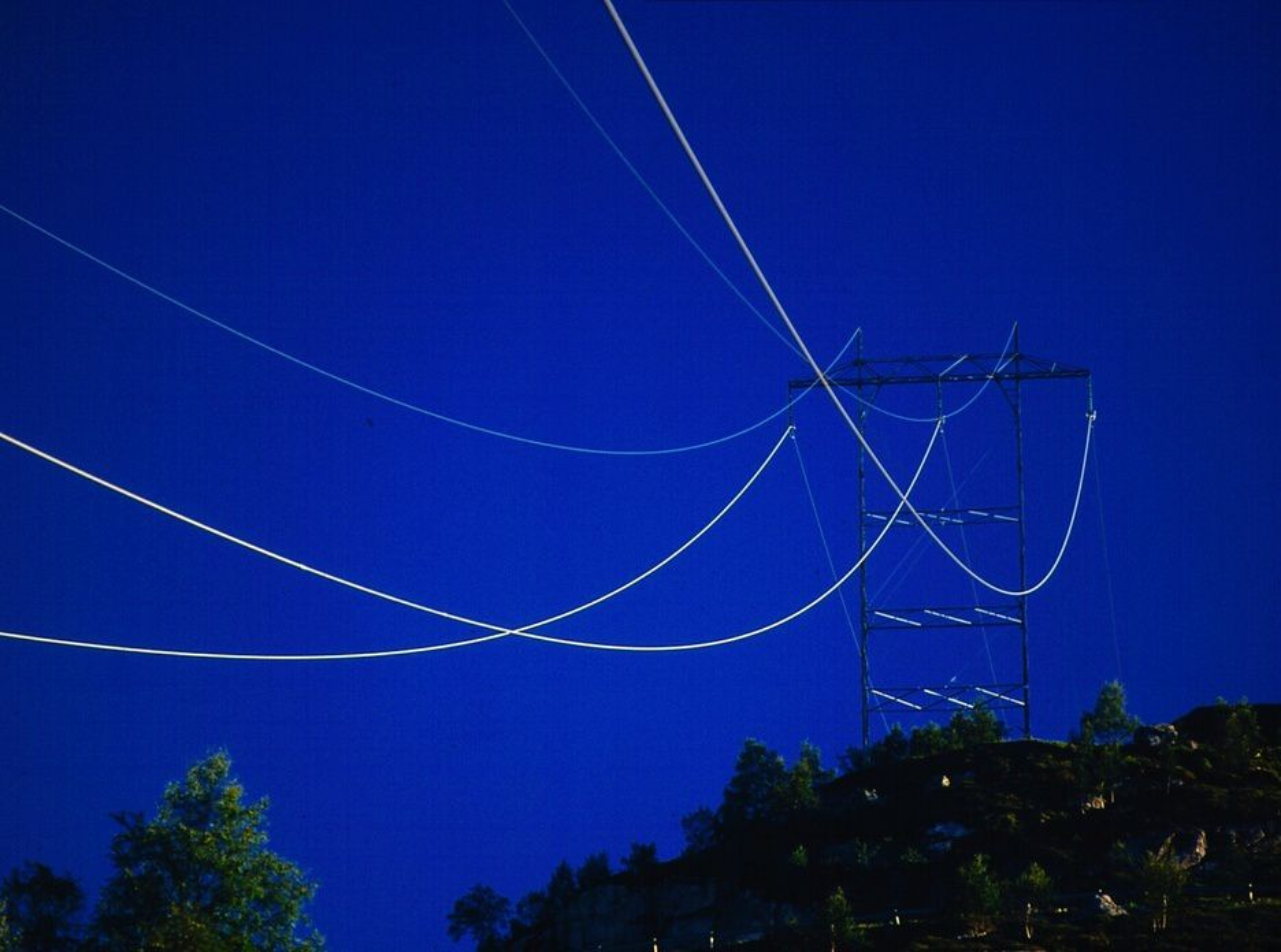 HENGER OG SLENGER: Med dagens fornyelsestakt, vil det ta 100 år før strømnettet blir skiftet ut og modernisert. Ifølge DSB har mange tekniske komponenter i nettet en levetid på 30-50 år. De frykter at menneskeliv kan gå tapt ved lengre strømavbrudd.