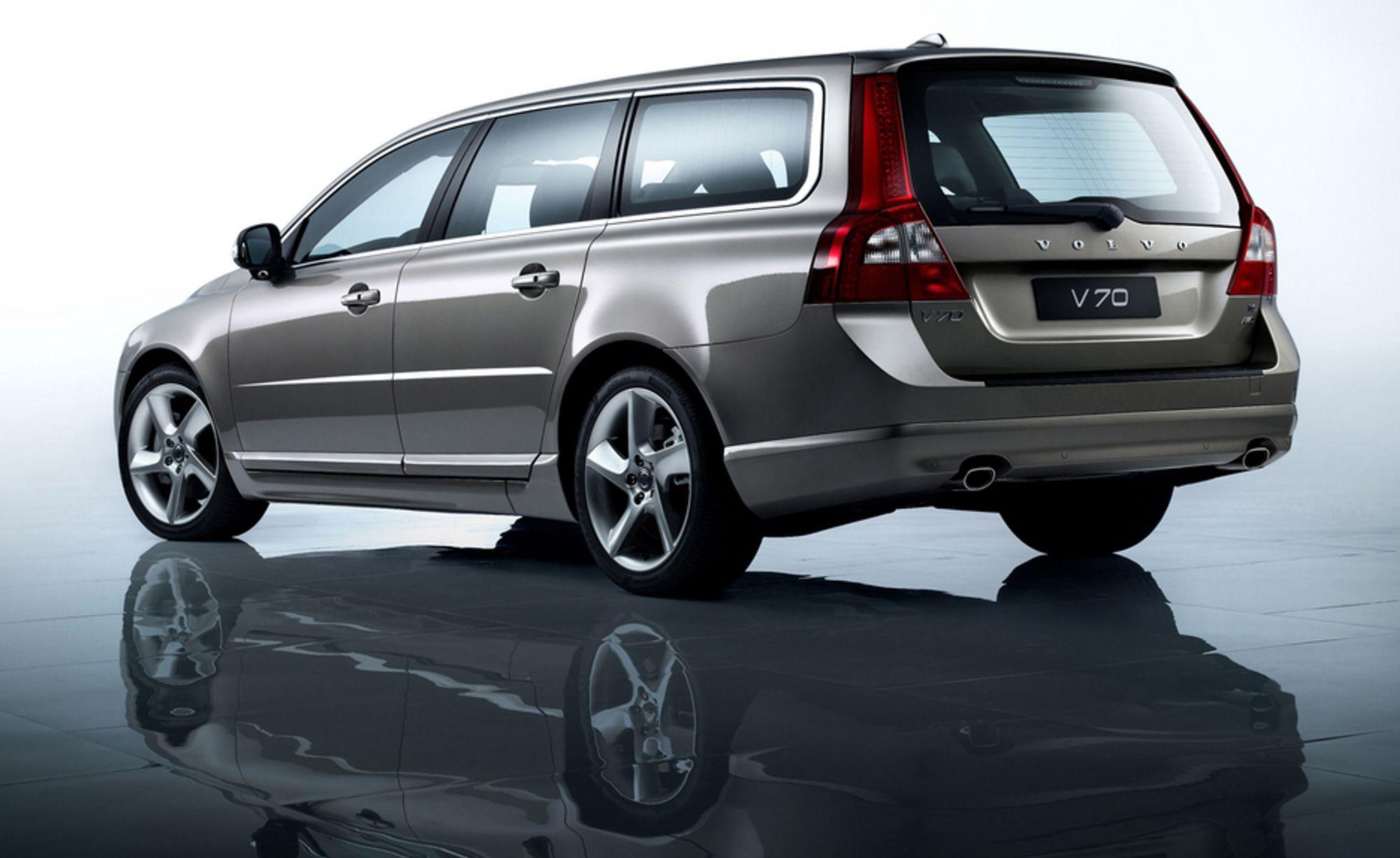 ØNSKER FLERE SLIKE: Direktør i Trygg Trafikk, Kari Sandberg, ønsker flere biler som for eksempel Volvo V70 på veiene for at folk skal kunne kjøre sikrere. Men sikkerhetsutstyr i biler øker vekten, noe som gjør høyere avgifter.