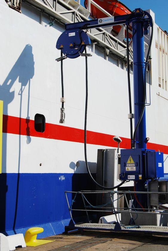 PLUGG INN: Göteborg havn har landstrømstilbud ved ro-ro-terminalen. Stikkontakten for landstrøm tres inn i hullet i skipets skrog. *** Local Caption *** Götevborg havn - landstrømtilkboling. Cavotec og ABB
