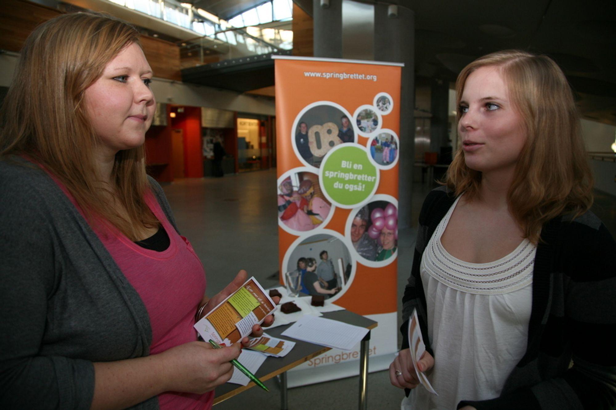 KARAKTERER: Kristin Grebstad (til venstre) og Rannveig Ulvahaug, som studerer ved Universitetet i Bergen, mener det gode undervisningsopplegget er avgjørende.