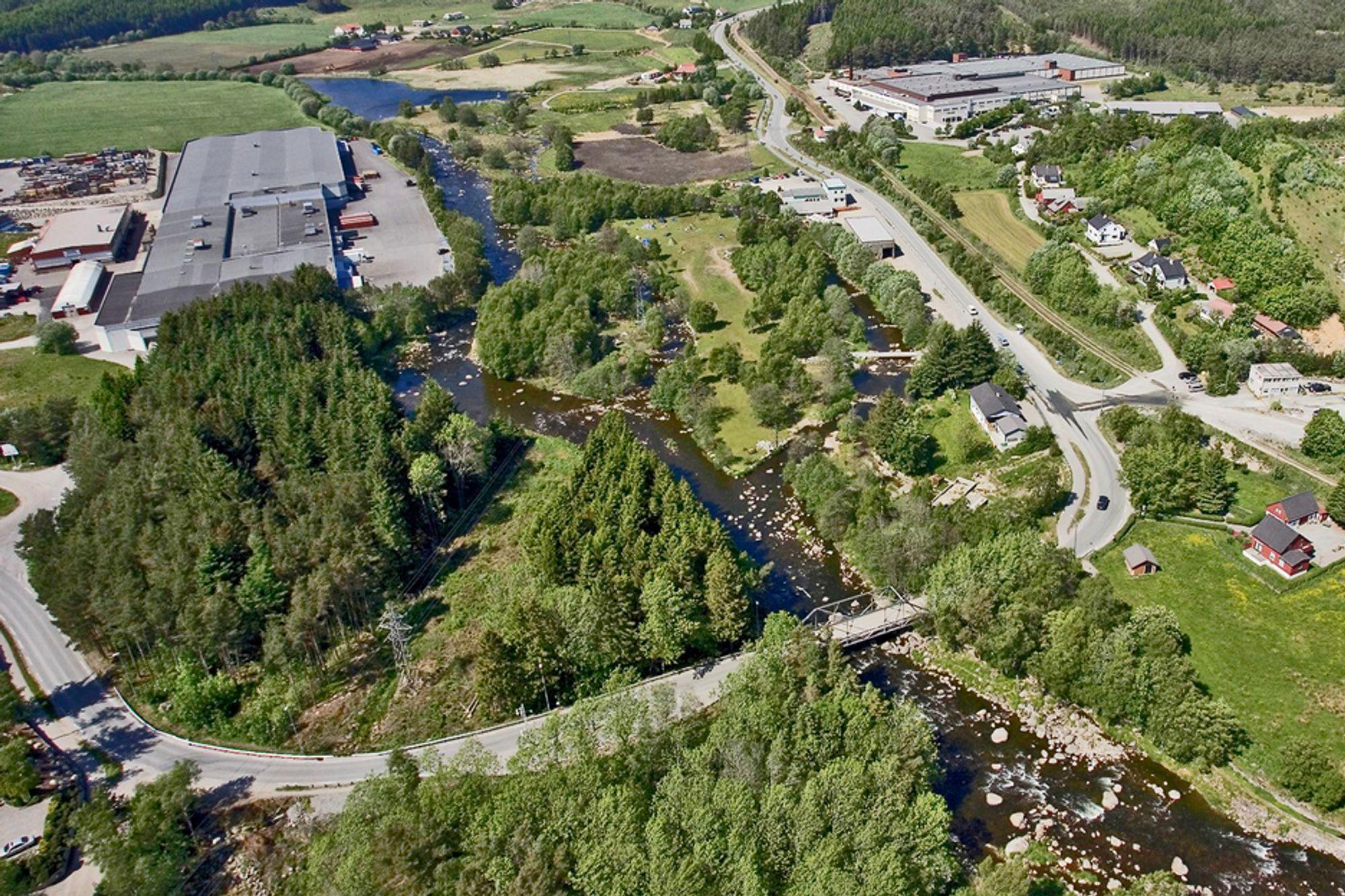 Den nye Foss Eikeland bru kommer høyere på bildet enn den gamle. Huset mellom elva og vegen skal rives.