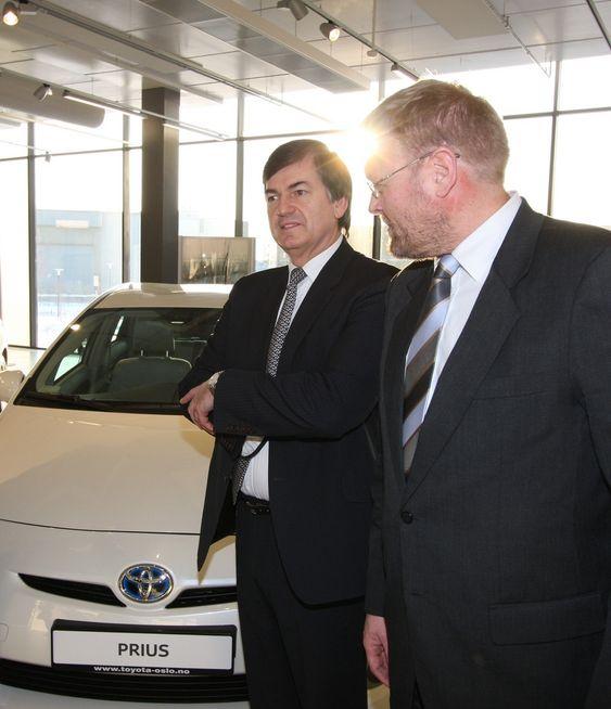 TESTER I NORGE: Toyota-sjefene Michel Gardel (t.v) og Lars-Erik Årøy.