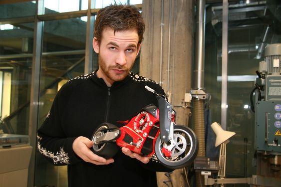 Anders August Kittilsen med elmotorsykkelen Zevs han har designet med to andre