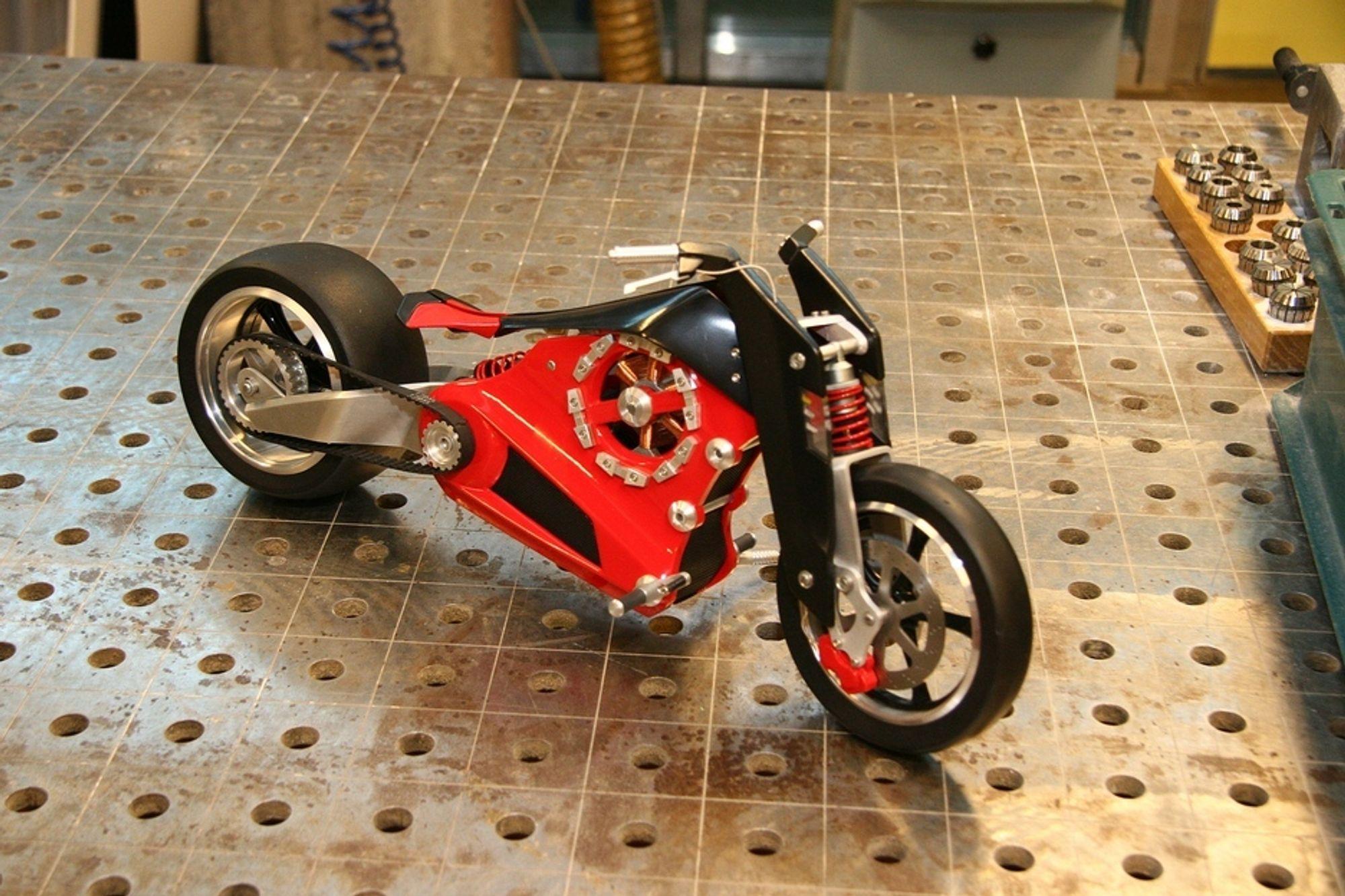 LEKKER: Det er en rikktig lekker motorsykkel som får selv hardcore bensinentusiaster til å studere den med interesse.