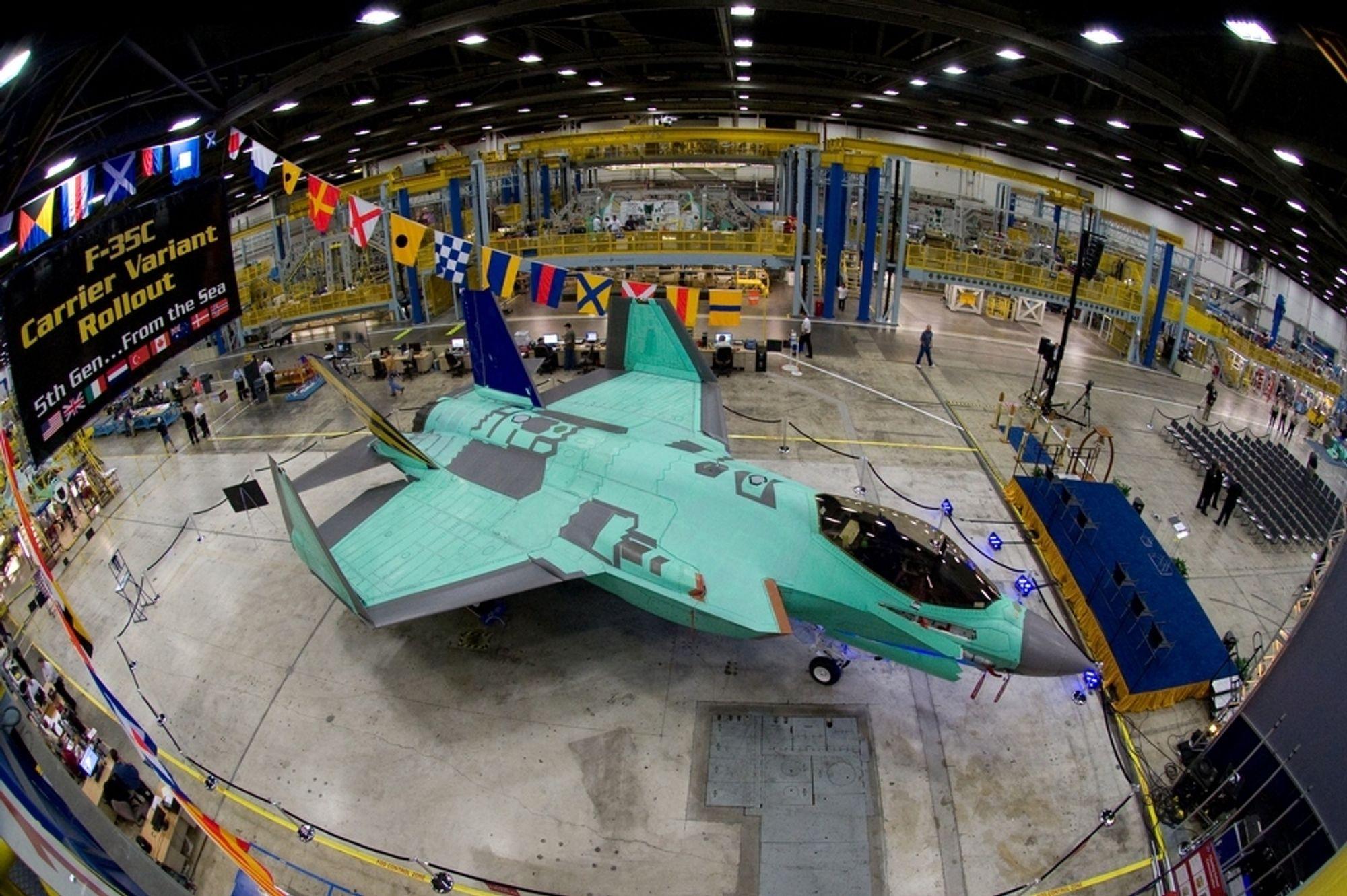 STØRST: Stadig flere land handler kampfly, og USA er den største selgeren. Her en F-35C hos Lockheed Martin.