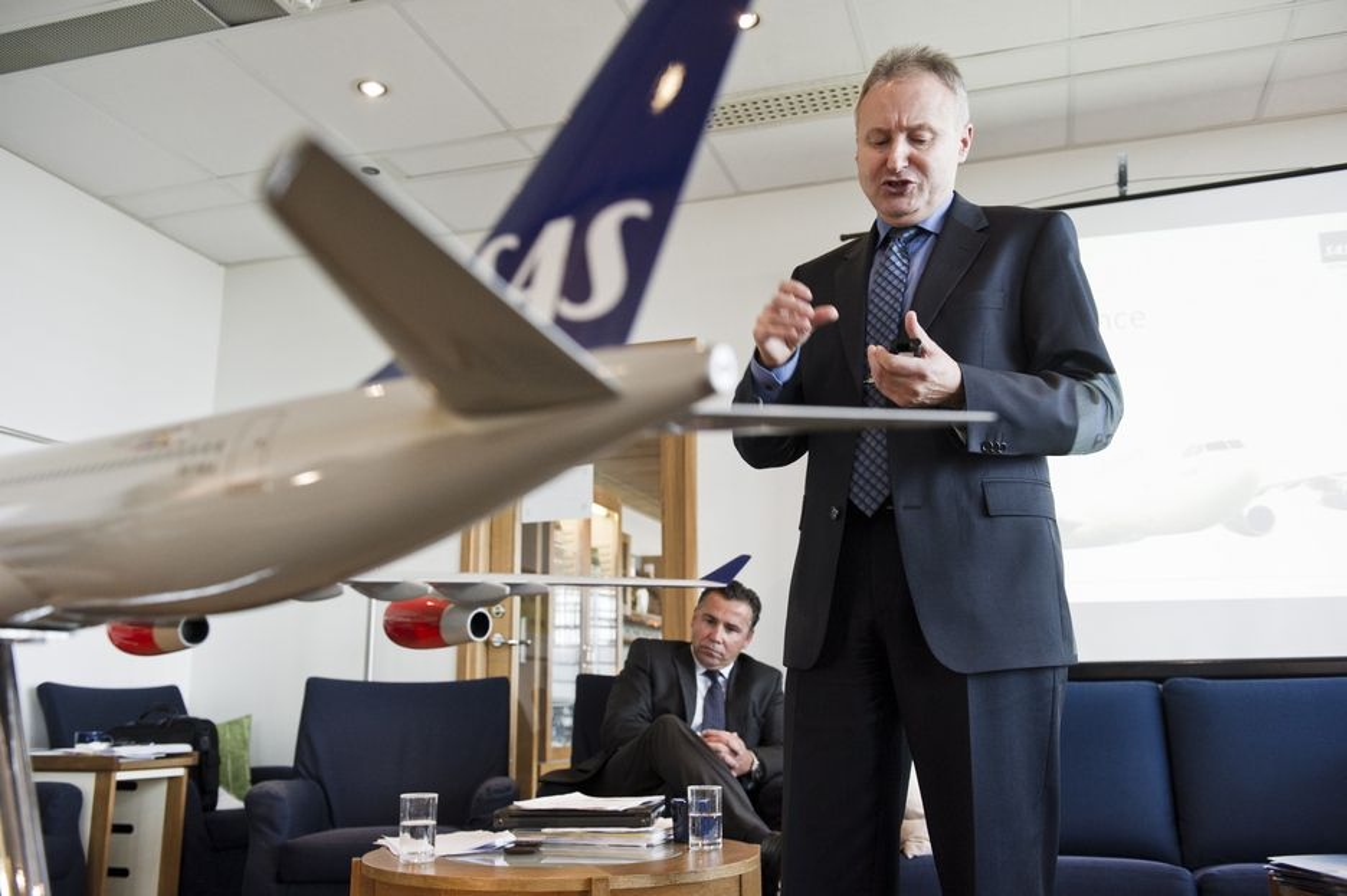 DYRT SAMARBEID: Ifølge den franske avisa Le Monde har EU-kommisjonen ilagt SAS en bot på 565 millioner kroner for ulovlig prissamarbeid om flyfrakt. Her fungerende konsernsjef i SAS, John Dueholm, under presentasjonen av flyselskapets nye satsinger i forrige måned.