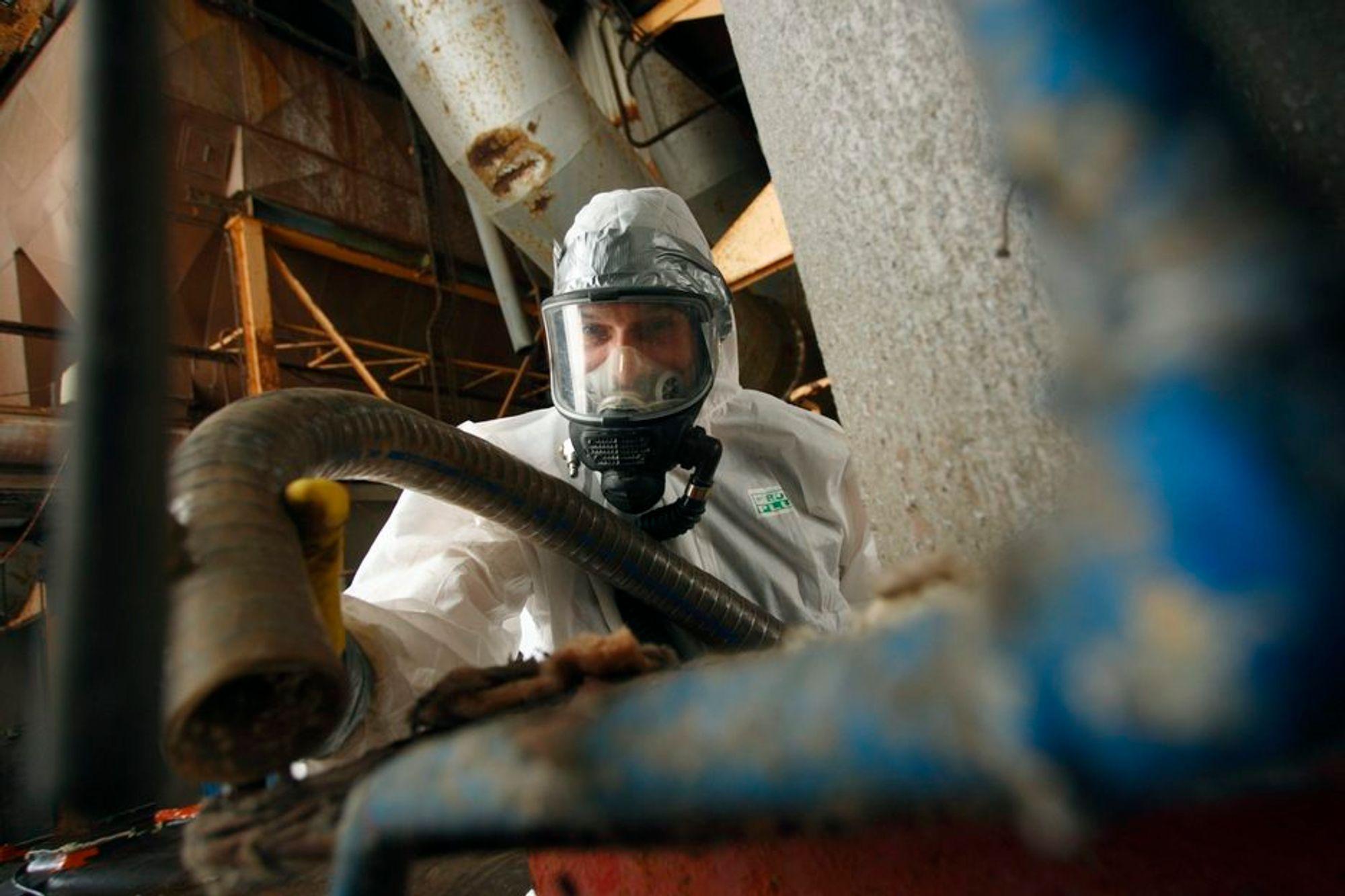 FARLIG: Eksponering for asbest mangedobler faren for lungekreft. Nå skal Arbeidstilsynet kontrollerer virksomheter som jobber med materialet.