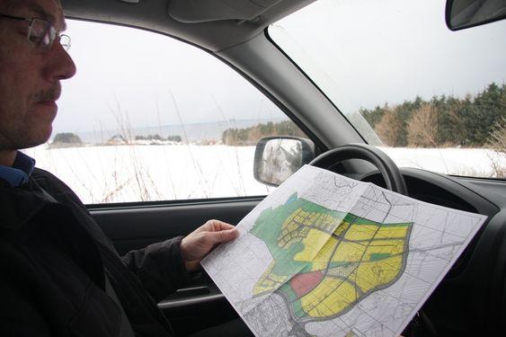 NATURSKJØNT: Stolt viser Odd Fanuelsen,daglig leder i Jåsund Utviklingsselskap, fram området hvor det nye boligfeltet skal ligge.