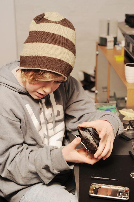 STØ HÅND: Per Kristian Line (11) jobber med en stø hånd og et veldig lite skrujern. Arbeidet er omstendelig, det er mange små skuer og deler som må merkes og holdes orden på. Glasset løfter han forsiktig av med en sugekopp.