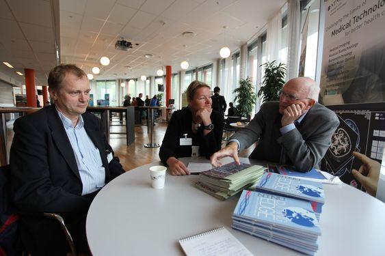 UiO-professor Erik Fosse (t.v.), forskningssjef Toril A. Nagelhus Hernes i SINTEF og professor Hans Olav Myhre, vitenskapelig ansvarlig for prosjektet Fremtidens operasjonsrom.