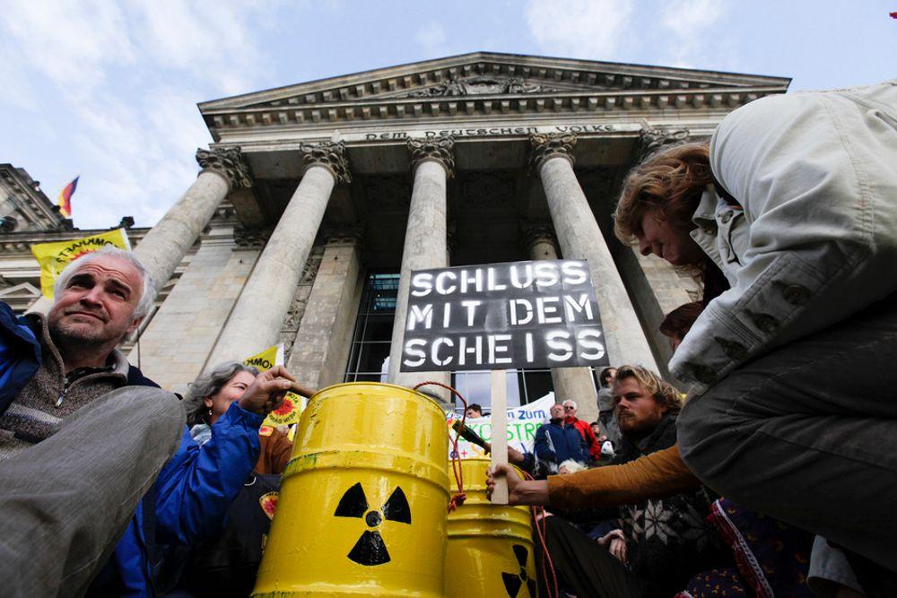 MOT ATOMKRAFT: Mellom 40.000 og 100.000 demonstrerte i Berlin lørdag mot den tyske regjeringens planer om å forlenge levetiden til de tyske atomkraftverkene med opp til 15 år.