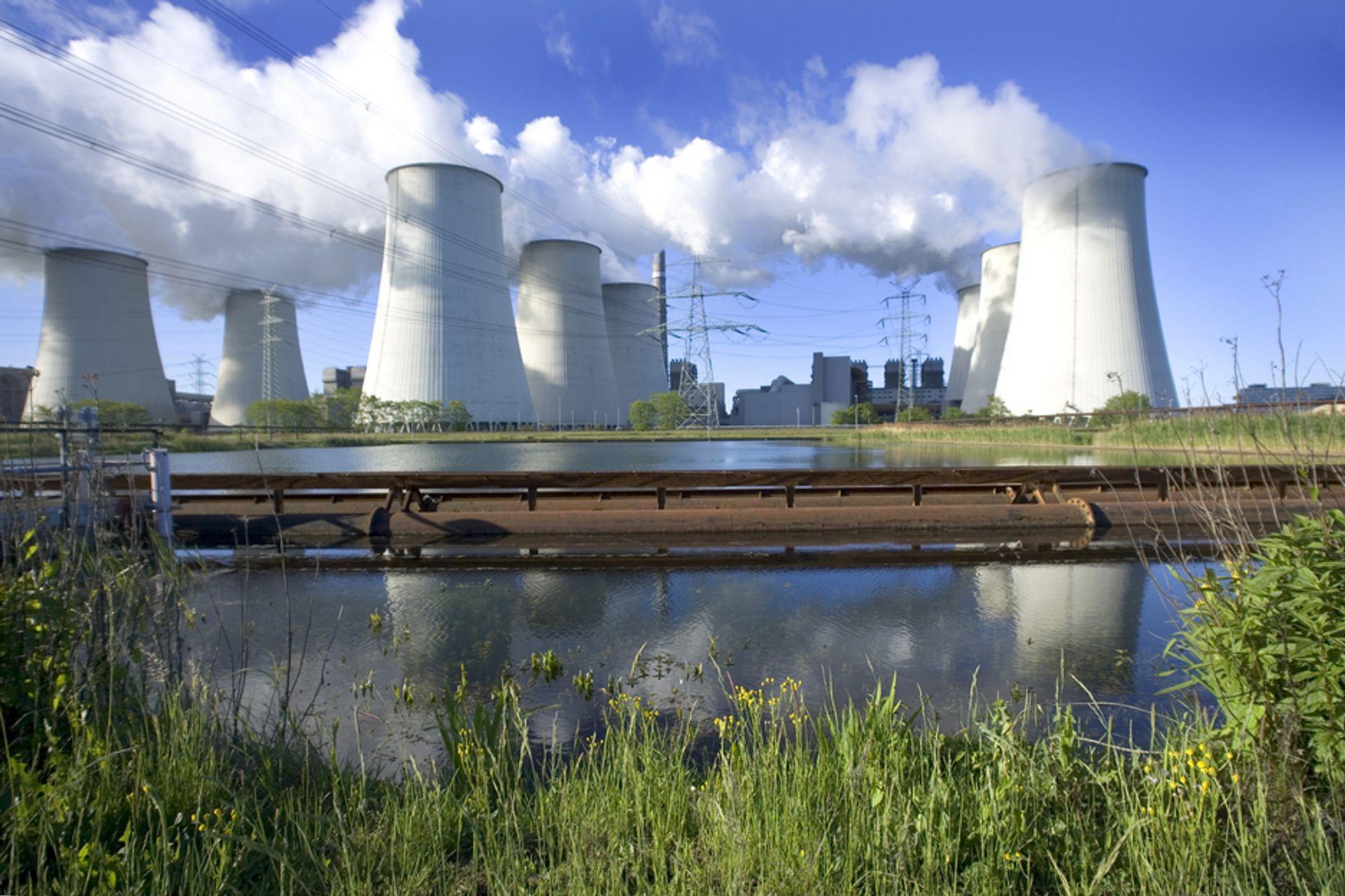 KAN BLI SOLGT: Vattenfall vurderer å kvitte seg med de tyske kullkraftverkene sine. Dette er brunkullsverket Jänschwalde i Niederlausitz.