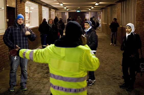 Oslo  20101201.Et tog sporet onsdag morgen av ved Tøyen t-banestasjon i Oslo. Det første til at trafikken begge veier ble stoppet, midt i morgenrushet. Flere tusen passasjerer ble dermed tvunget ut i kulda og over på andre transportmidler.Foto: Tore Meek / SCANPIX