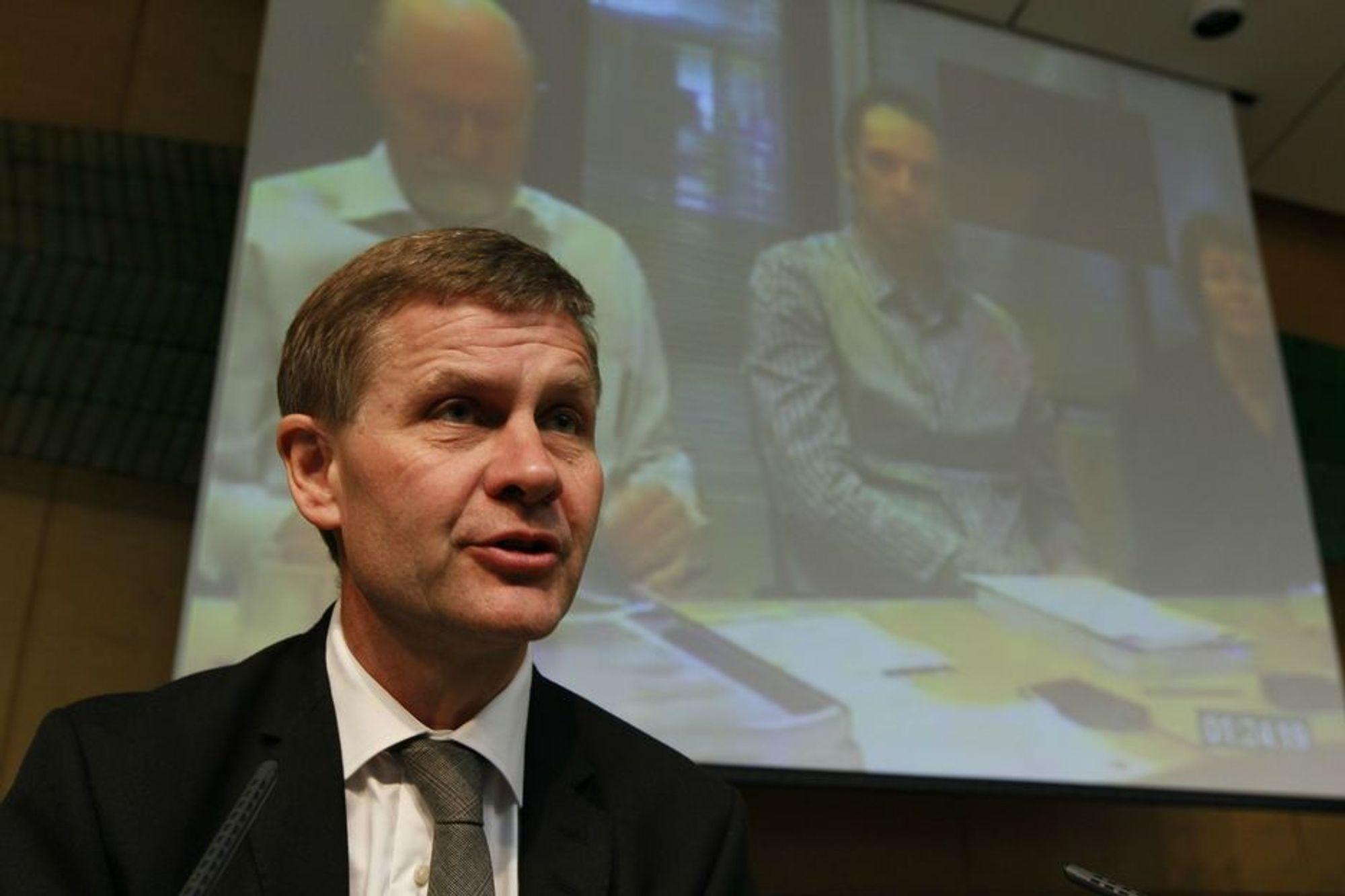 Miljøvernminister Erik Solheim sier det er umulig å forby lavinnblanding av biodrivstoff.