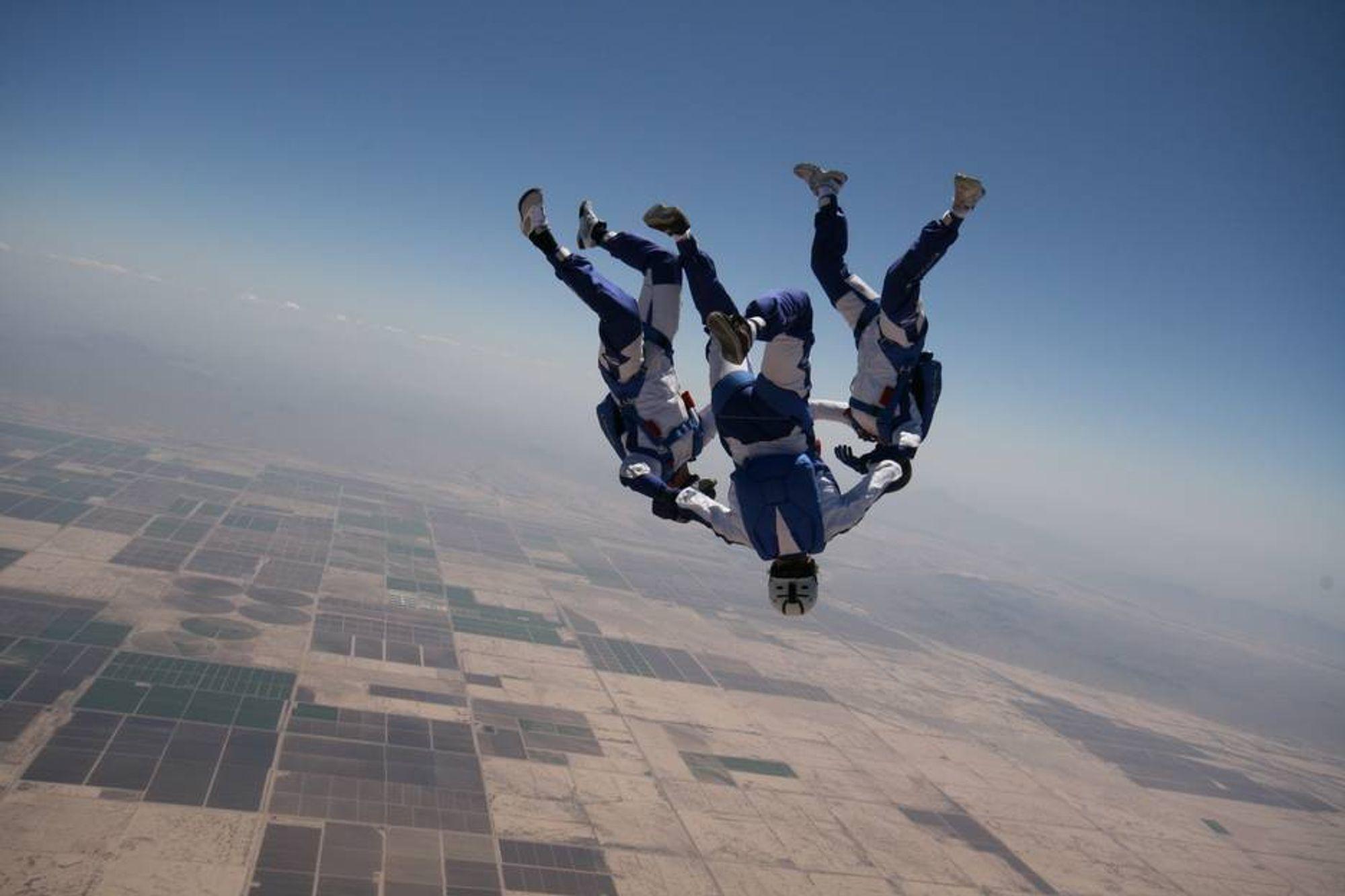 INGENIØRLANDSLAG: Fem av 11 på det norske landslaget i fallskjermhopping er sivilingeniører. Her to av dem, Kristin Karthum Hansen og Bent Onshus, sammen med Aleksander Pedersen.