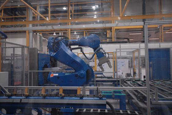 Robot for handtering av ingot ved Rec Mono i Glomfjord.