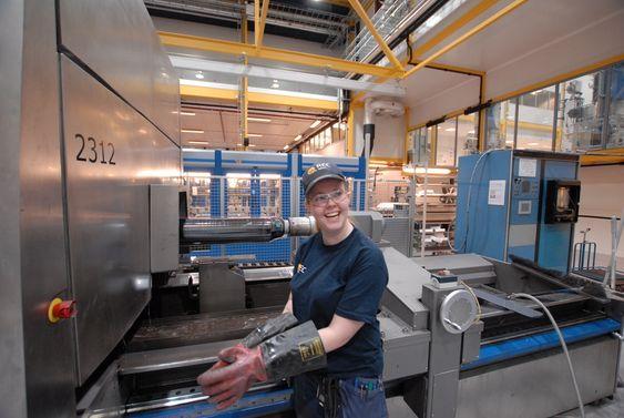 LIKER SEG: Prosessoperatør Christine Jonassen synes det er godt arbeidsmijø ved Recs nye waferfabrikk i Glomfjord.