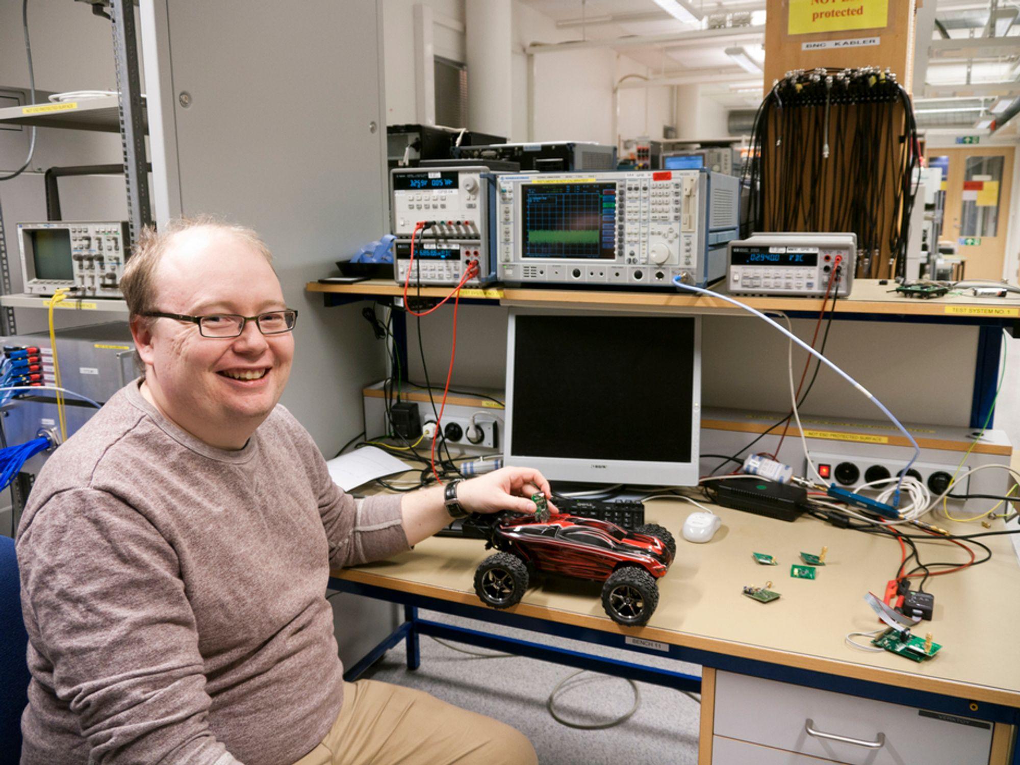 ALLSIDIG ARBEID: Karl Helmer Torvmark i Texas Instruments har spesifisert og vært med på å utvikle den nye strømgjerrige bluetoothbrikken som han nå leder den internasjonale markedsføringen av. Den vil utløse et svært stort nytt marked fra mobiltilbehør og sensorer til radiokontrollerte lekebiler.