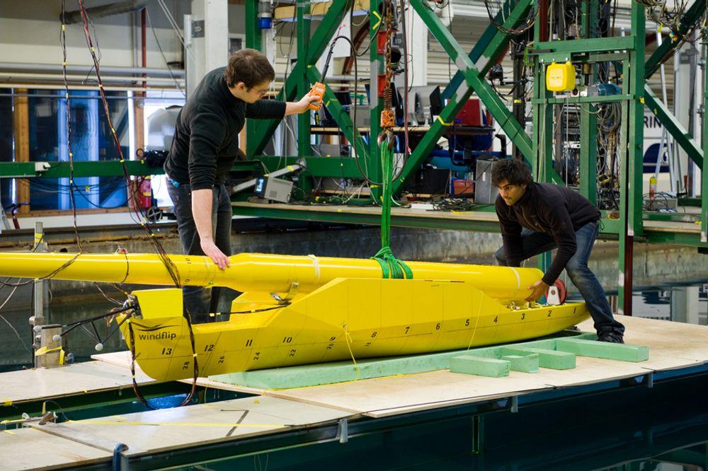 KLARGJØR: Torbjørn Mannsåker (t.v.) og Atle Alvheim klargjør prototypen av Windflip før den skal testes i vannet hos Marintek. Windflip har gått fra å være et spesialskip til å bli en lekter med større bruksområder.