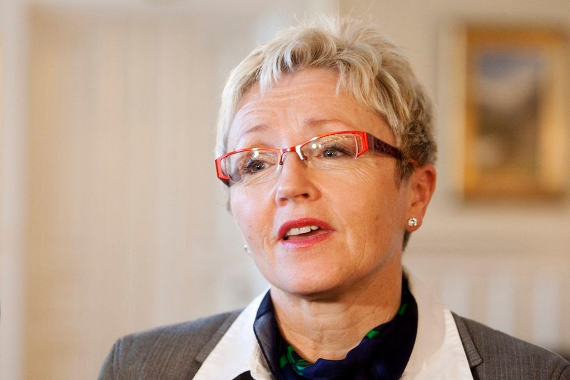 Kommunal- og regionalminister Liv Signe Navarsete deler ut 300 000 kroner til å kartlegge energibruken i bygg.