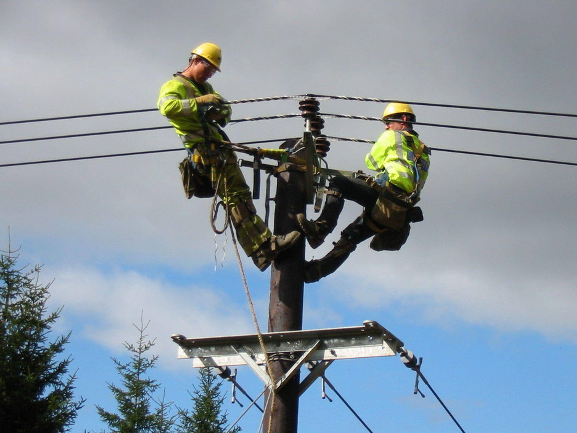 NYE LINJER: Nå får disse gutta mye større kraftlinjer å bryne seg på. Scottish Power Transmission har fått ja til å bygge en 400 kV kraftlinje til nord-Skottland for å få plass til mer fornybar energi.